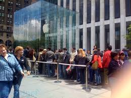Photo of line at Apple store